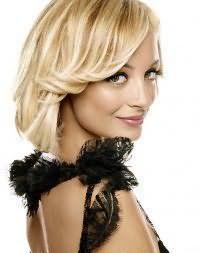 Стрижка каре для тонких волос с дополнительным объемом и вечерней укладкой идеально подойдет блондинкам с мелированными прядями и будет гармонировать с карими глазами и теплым цветотипом внешности