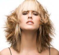 Обладательницам пшеничного оттенка подойдет многослойная стрижка для тонких волос средней длины с хаотичной укладкой и прямой ровной челкой, которая сочетается с дневным макияжем в коричневой гамме