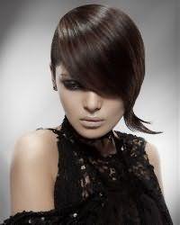 Асимметричная короткая стрижка для прямых тонких волос темно-каштанового оттенка станет отличным вариантом для девушек с карими глазами, подчеркнутыми макияжем в стиле смоки айс