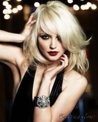 Великолепным вариантом для блондинок станет стрижка для тонких волос на среднюю длину с удлиненной челкой на бок, которая дополнит образ в сочетании с роскошным вечерним макияжем