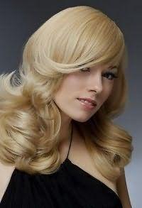 Стрижка каскад для тонких волос с удлиненной челкой на бок, с дополнительным объемом хорошо смотрится с укладкой в виде крупных локонов пшеничного оттенка и сочетается с макияжем для светлого типа кожи