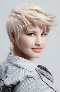 Креативная короткая стрижка для тонких волос с рваными прядями, уложенными вперед, станет идеальным решением для блондинок с зелеными глазами, подчеркнутыми черными стрелками