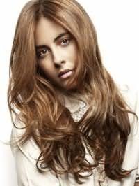 Повседневная долговременная укладка для длинных волос темно-русого оттенка, дополненных длинной челкой и макияжем в натуральных тонах