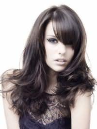 Стильная укладка на каждый день для густых длинных волос черного цвета с косой челкой отлично смотрится с макияжем в серых тонах с широкими стрелками