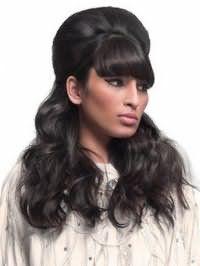Вечерняя долговременная укладка длинных черных волос с начесом на затылке, крупными локонами и густой объемной челкой напоминает стиль 60-х годов