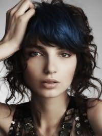 Волнистые волосы темно-русого цвета средней длины преображаются в сочетании с колорированием синего оттенка и дополняются макияжем на каждый день в коричневых тонах