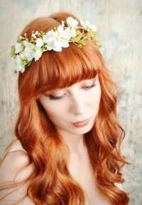 Свадебный образ для обладательниц длинных рыжих волос, уложенных в виде крупных локонов, с прямой густой челкой в тандеме с макияжем в натуральных оттенках