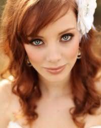 Идея макияжа в золотисто-коричневой гамме на свадьбу для девушек с рыжими волосами средней длины, уложенными в виде мелких локонов, с косой челкой