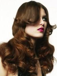 Долговременная укладка в виде крупных локонов с удлиненной челкой на свадьбу для длинных волос каштанового цвета изумительно смотрится с макияжем смоки айс и яркой помадой