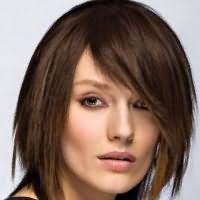 прически с косой челкой на средние волосы 5