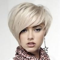 прически с косой челкой на средние волосы 7
