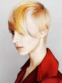 Асимметричный вариант прически эмо для коротких волос с колорированием