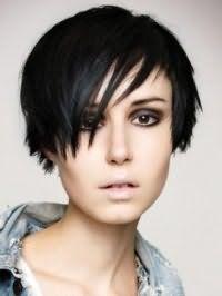 Стрижка эмо для коротких тонких волос черного цвета