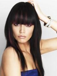 Черный цвет волос идеально подчеркивается колорированием с бордовыми прядями на прическе каскад с челкой и сочетается с дневным макияжем в коричневых и бежевых оттенках