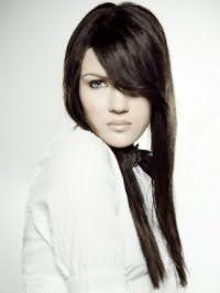 Черный цвет волос на длинной прическе с челкой на бок и небольшим объемом у корней будет гармонировать с макияжем для зеленых глаз с подводкой черного цвета и помадой натурального оттенка