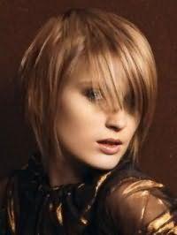 Идея креативной женской стрижки с косой челкой для средних волос русого цвета