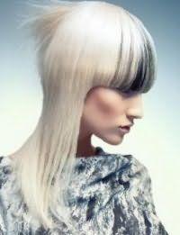 Черные колорированные пряди на челке являются идеальным решением для блондинок с платиновым оттенком волос средней длины, которые дополняются макияжем в светло-коричневой гамме