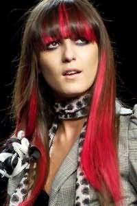 Каскадная стрижка с прямой густой челкой на длинные каштановые волосы, дополненная мелированными прядями розового оттенка, отлично смотрится с макияжем в серых тонах для девушек с карими глазами