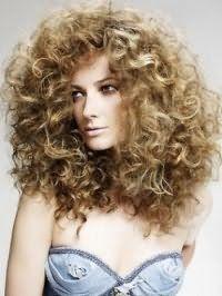 Стрижка с укладкой для длинных вьющихся волос светло-русого оттенка