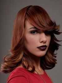 Длинная женская стрижка для вьющихся волос рыжего оттенка