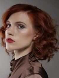 Вариант стрижки для вьющихся рыжих волос средней длины