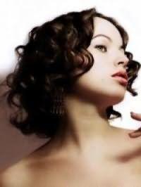 Красивая стрижка для вьющихся густых волос средней длины