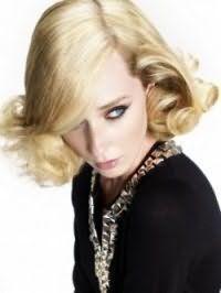 Элегантная стрижка для светлых вьющихся волос средней длины