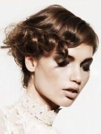 Короткая стрижка для вьющихся волос светло-каштанового оттенка