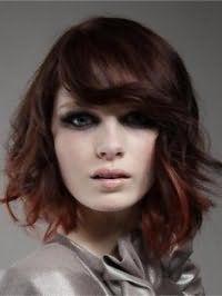 Оригинальная укладка стрижки для вьющихся волос с мелированием