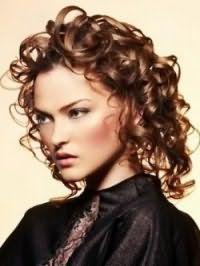 Укладка женской стрижки для средних вьющихся волос русого оттенка