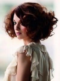 Идея укладки стрижки для вьющихся волос средней длины