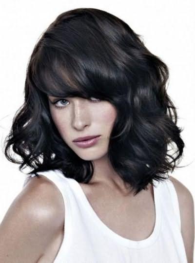 стрижки на средние волнистые волосы с челкой