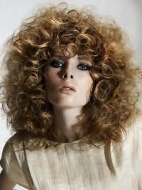 Эффектная стрижка для длинных вьющихся волос светло-русого цвета