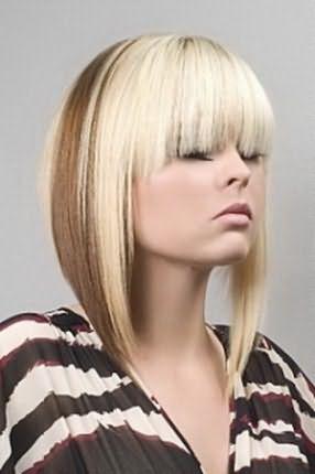 Еще одно нестандартное решение – широкая полоса цвета какао на осветленных волосах. Очень специфично, но не пестро.