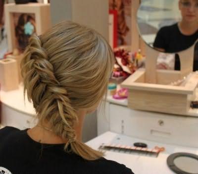Простая слегка распущенная коса моментально создает эффект густых прядей.