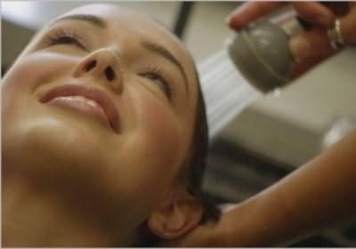 Обычная процедура мытья головы с использованием чудо-средств.