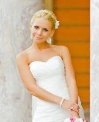Прическа с аксессуаром для коротких волос на свадьбу.