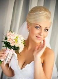 Прическа с фатой для невесты с короткими волосами.