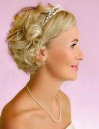 Прическа с диадемой для невесты с короткими волосами.