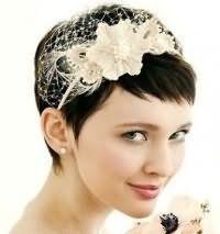 Свадебная прическа с диадемой для коротких волос.