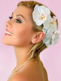 Свадебная прическа с цветами на короткие волосы.