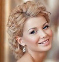 Свадебная прическа для коротких вьющихся волос.