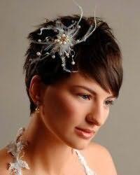 Прическа на свадьбу с аксессуаром для коротких волос.