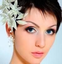 Свадебная прическа для коротких волос с аксессуаром.