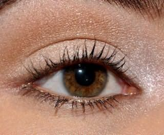 Естественный летний макияж карих глаз в золотых тонах