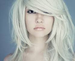 Белый цвет помогут сохранить специальные шампуни для сохранения пигментов