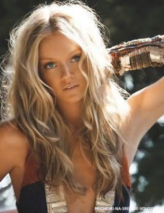 Естественный макияж глаз хорошо гармонирует с бежевым оттенком губ и дополняет повседневный образ блондинки с длинными волнистыми волосами, украшенными мелированием в русых тонах