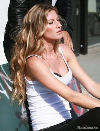 Роскошные локоны на длинные волосы для русого цвета волос с мелированием станут отличным дополнением макияжа, состоящего из серых теней для глаз, бронзовых румян и помады натурального розового оттенка
