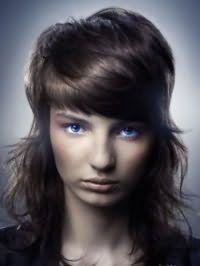 Эмо стрижка для длинных волос темно-каштанового оттенка с густой челкой на бок