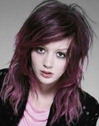 Вариант эмо прически для длинных волос фиолетового оттенка с удлиненной челкой на бок